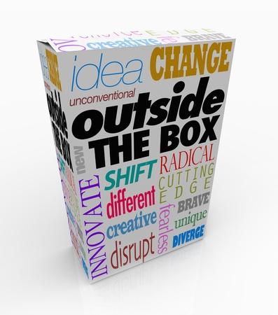 unconventional: Le parole Outside the Box su un pacchetto di prodotti per simboleggiare una nuova idea, la creazione innovativa o un non convenzionale, unica soluzione di un problema Archivio Fotografico