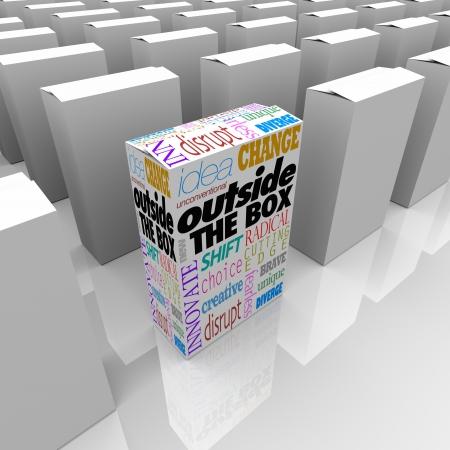 innoveren: De woorden buiten de Doos op een product pakket op een winkelschap staat van de concurrentie Stockfoto