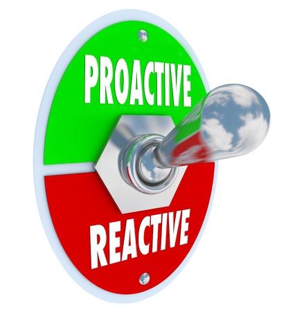 plan de accion: Un interruptor de palanca de metal con placa de lectura proactiva y reactiva que simboliza la necesidad de tomar las riendas para sacar el máximo provecho de la oportunidad de su vida