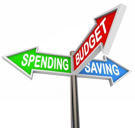gastos: Três sinais de trânsito apontando para gastos, poupança e Orçamento para simbolizar o orçamento e economia em suas finanças pessoais para os objetivos financeiros de longo prazo ou de aposentadoria