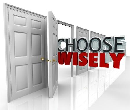 informait: Les mots de choisir judicieusement sortant d'une porte ouverte dans une rang�e de nombreux choix vous pouvez choisir une nouvelle opportunit� ou un chemin dans la vie