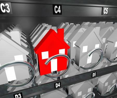 nieruchomosci: Jedna czerwona wyjątkowy dom wyróżnia się od konkurencji w automatu reprezentującego zatłoczonym rynku nieruchomości i rynku nabywcy