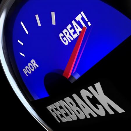 Het woord Feedback op een brandstofmeter om meningen, recensies, opmerkingen, vragen en standpunten van klanten of uw publiek te werven