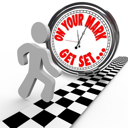 incominciare: Un uomo sta per iniziare una corsa contro un orologio che mostra le parole On Your Mark, Get Set e la persona � pronto ad andare per iniziare la concorrenza