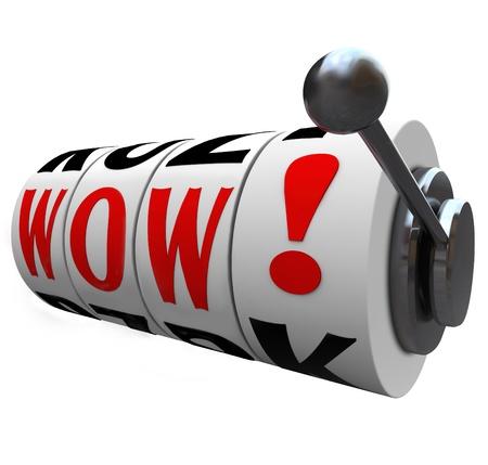 wow: La palabra Wow en las ruedas de la m�quina tragaperras para ilustrar sorpresa y emoci�n por ganar un premio mayor en el juego en un concurso, casino, loter�a o juegos de azar otro evento