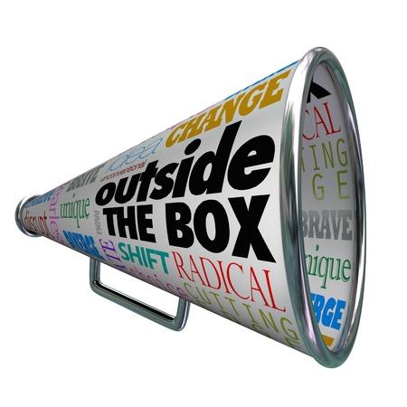 unconventional: Le parole Outside the Box su un megafono o megafono, che rappresentano idee per il cambiamento, l'innovazione, coraggiosi nuovi concetti e soluzioni uniche per un problema