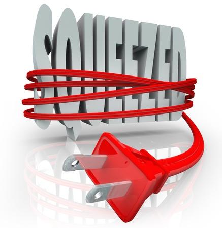 単語スクイズドです赤の電気コードおよびプラグ世帯またはビジネスの予算でエネルギーと電力コストの上昇のインフレ効果を象徴することで首を
