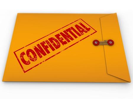 Een gele envelop met een rode stempel met het woord Vertrouwelijke informatie bevat, dat is een geheim, prive, geclassificeerd, beperkte bericht Stockfoto