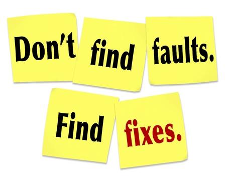 Le dicton Ne pas trouver des défauts, trouver des corrections avec des mots sur des notes autocollantes jaunes offrant des conseils sur la façon d'être utile et fournir aide et assistance à une personne avec des défauts, des problèmes ou un problème