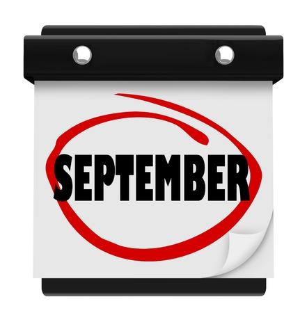 circled: Un calendario de pared con la palabra c�rculo en septiembre marcador rojo, que le recuerda el cambio de mes y va desde el verano hasta el oto�o o el oto�o y de nuevo a la escuela a tiempo