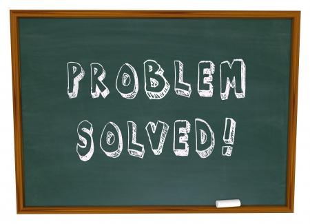 resolving: Il Problema Risolto parole scritte su una lavagna scuola o lavagna a simboleggiare risoluzione di successo per un problema o problemi con la creativit� e l'innovazione