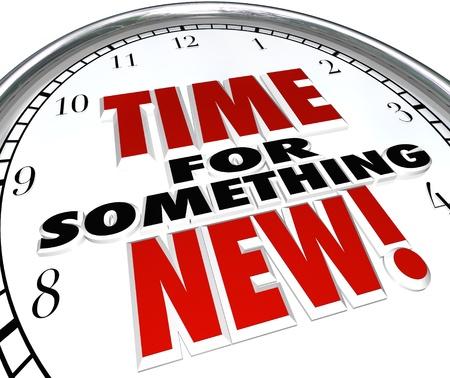 Le parole di tempo di qualcosa di nuovo su un orologio che mostra necessità di un cambiamento, aggiornamento o un aggiornamento a scelta moderna Archivio Fotografico - 17674091