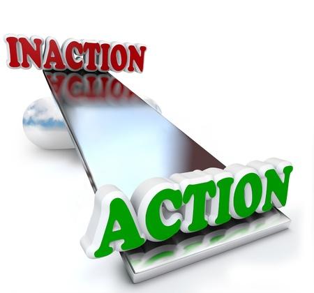 plan de accion: La acci�n y la inacci�n frente palabras y pesaba unos contra otros en una balanza sube y baja para ilustrar la estrategia y la planificaci�n necesaria para crear un plan efectivo para alcanzar el �xito proactiva