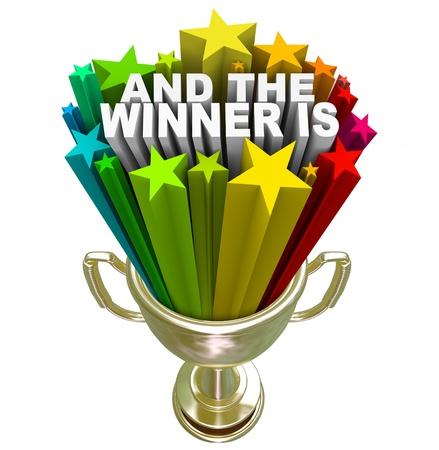 anticiparse: Un trofeo de oro otorgado al ganador o campe�n con las palabras y el ganador es de ruptura de la misma con las estrellas y los fuegos artificiales para celebrar el �xito y ganar Foto de archivo