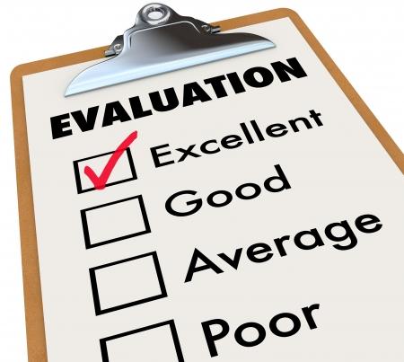 grading: Una tarjeta de informe de evaluaci�n sobre un caballete con una marca de verificaci�n al lado de la palabra excelente junto con otras opciones - bueno, regular y deficiente.