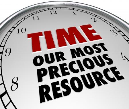 Die Worte Time - unsere wertvollste Ressource auf dem weißen Zifferblatt einer Uhr und wies darauf hin, dass die Zeit ist das wertvollste Gut in unserem Leben und wenn es weg ist, ist für immer verloren Standard-Bild