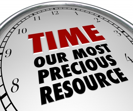 gestion del tiempo: El tiempo de las palabras - nuestro recurso más preciado en la cara de un reloj blanco, señalando que el tiempo es el bien más valioso en nuestras vidas y una vez que se ha ido se ha perdido para siempre Foto de archivo