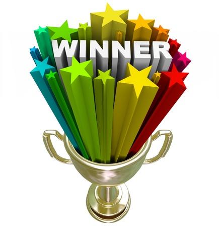 primer lugar: Un trofeo de oro el primer lugar con el ganador de la palabra y estrellas de colores disparando fuera de ella, simbolizando ganar un concurso Foto de archivo