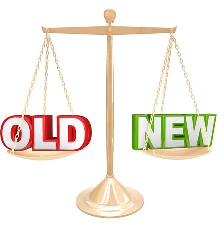 새로운 이상 제품 또는 개체를 비교하는 골드 균형 또는 규모 단어와 새로운 선택을 대 이전 일의 장단점을 무게 스톡 콘텐츠