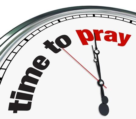 interventie: Een sierlijke klok met de woorden tijd om te bidden op haar gezicht Stockfoto