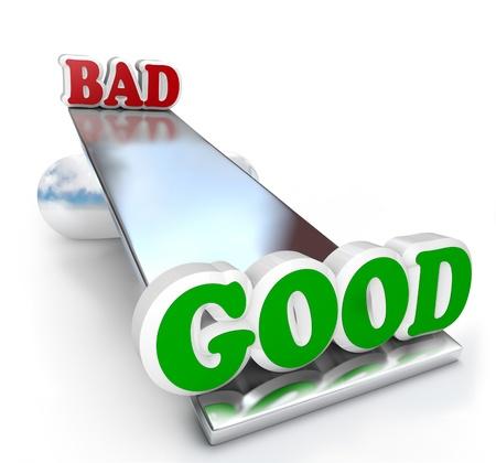desigualdad: Las palabras buenas y malas en una tabla de equilibrio sube y baja, con un peso de las diferencias de cualidades positivas y negativas para tomar una decisi�n Foto de archivo