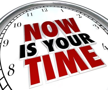 reconocimiento: Un reloj blanco con las palabras ahora es tu momento representa la oportunidad para que usted pueda lucir y mostrar sus habilidades y talentos para ganar el reconocimiento y el aprecio que se merece