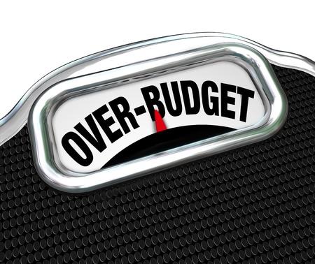 gastos: As palavras acima do orçamento em uma escala, ilustrando os problemas financeiros como a dívida, o défice, excesso de gastos, falta de poupança, falência e outros problemas econômicos