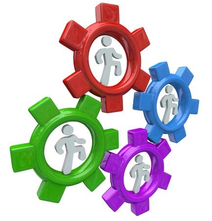 sinergia: Cuatro personas corren en ruedas dentadas de colores para simbolizar la colaboración y el trabajo en equipo para trabajar juntos hacia un objetivo común