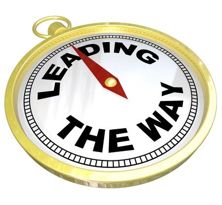 leading the way: Una bussola d'oro con le parole che conducono il senso che illustra il percorso in avanti di ricarica di un leader visionario che deve portare il suo gruppo attraverso una sfida per il successo