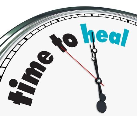 terapia psicologica: Un reloj adornado con el tiempo de palabras para sanar en su cara