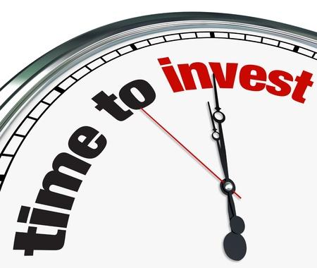 anleihe: Eine reich verzierte Uhr mit den Worten Time to auf seinem Gesicht Invest Lizenzfreie Bilder