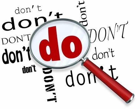 compromiso: La palabra hacer en grandes letras bajo una lente de aumento rodeado por la palabra no hacer, lo que representa el compromiso y la dedicaci�n al creer en su capacidad para realizar una tarea o tener �xito en un objetivo Foto de archivo