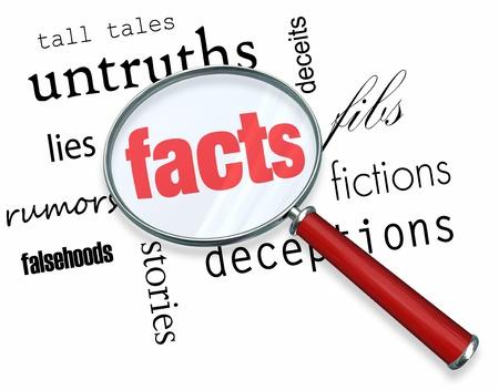 Een vergrootglas zweefde over verschillende woorden als misleidingen en leugens, in het centrum van die feiten Stockfoto