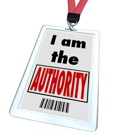 autoridad: Una tarjeta de identificación y acollador con pase impreso con las palabras que yo soy la autoridad para demostrar que eres el mayor experto en tu campo o usted es un oficial de alto rango o líder de su grupo
