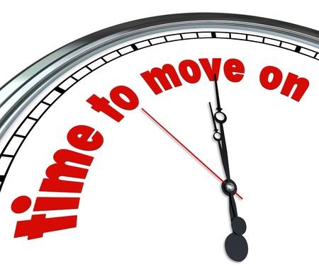 Un reloj con el tiempo de las palabras a Move On simboliza el cambio, aceptación, consentimiento, aquiescencia, la conformidad, la reconciliación, la paz, el acuerdo y la adaptación Foto de archivo