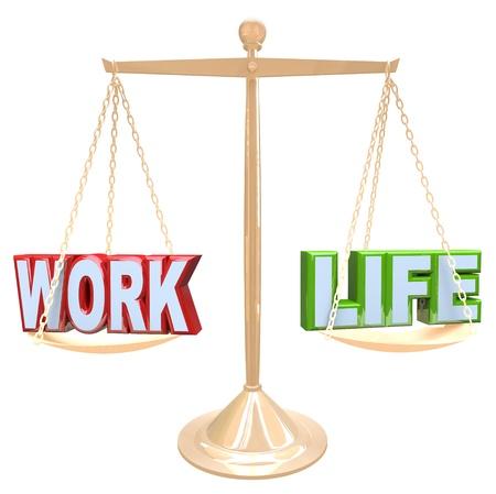 armonia: El Trabajo y la Vida palabras se equilibran el uno contra el otro en una escala para determinar cu�les son las cantidades correctas de cada uno para crear armon�a en tu vida Foto de archivo