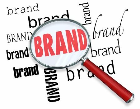 ブランド マーケティング、顧客の忠誠心と評判を構築する広告を示す虫眼鏡下の単語
