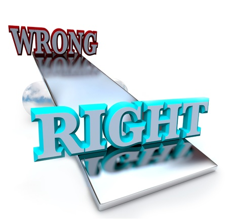 outweighs: Un balanc�n balanza se inclina a favor de hacer frente a la derecha haciendo algo mal, sopesando las opciones de estas dos opciones morales Foto de archivo