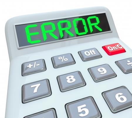 glitch: Una calcolatrice in plastica viene visualizzata la parola errore per rappresentare dati o calcoli errati o imprecisi con implicazioni finanziarie