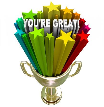 reconocimiento: Un trofeo de oro con las palabras que eres genial, que simboliza la alabanza, reconocimiento o elogios por un trabajo bien hecho