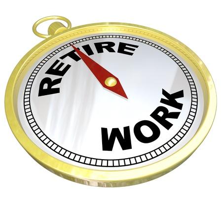 Een gouden kompas met de woorden Pensioen en Werk, met de rode naald met pensioen te gaan, die de richting en advies om een carrière te beëindigen en beginnen te leven het goede leven