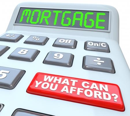 tomar prestado: La Hipoteca palabra en una pantalla de la calculadora digital, simbolizando el dinero es pr�stamo y calcular la tasa de inter�s y un bot�n rojo con las palabras �Cu�nto puede pagar? Foto de archivo