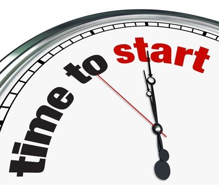 empezar: Un reloj ornamentado con las palabras de tiempo de inicio en su cara, que ilustra un recordatorio de que ha llegado el momento de comenzar una tarea o proyecto