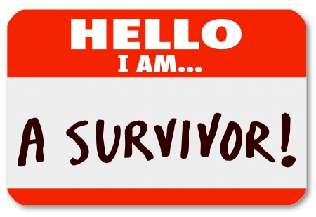 De woorden Hallo ik ben een overlevende op een naamplaatje sticker op uw doorzettingsvermogen en toewijding symboliseren om het overleven van een ziekte of andere moeilijke periode in het leven