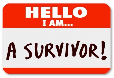 Las palabras Hola soy un superviviente en una etiqueta engomada etiqueta con su nombre como símbolo de su perseverancia y dedicación para sobrevivir a una enfermedad o un período difícil en la vida de otro