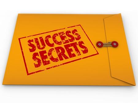 Une enveloppe jaune avec un tampon rouge avec les mots Secrets de Succès plein d'informations sur la réussite ou de gagner dans la vie ou d'affaires Banque d'images