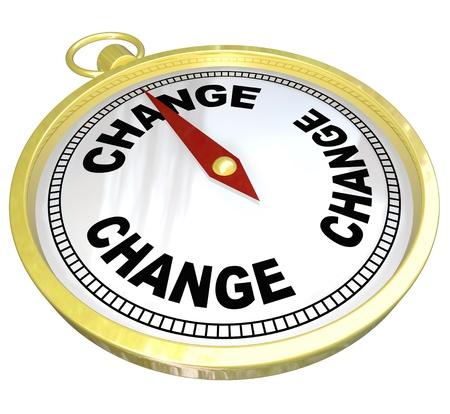 Een gouden kompas met het woord Change en rode naald wijst de weg naar adpating aan een veranderende wereld en de aanpassing voor succes Stockfoto