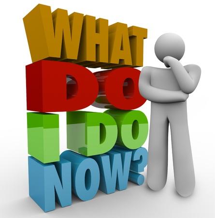 Een denkend mens naast de woorden en vraag Wat moet ik nu doen af over de volgende stap of belangrijke beslissing in het leven werk of carrière Stockfoto