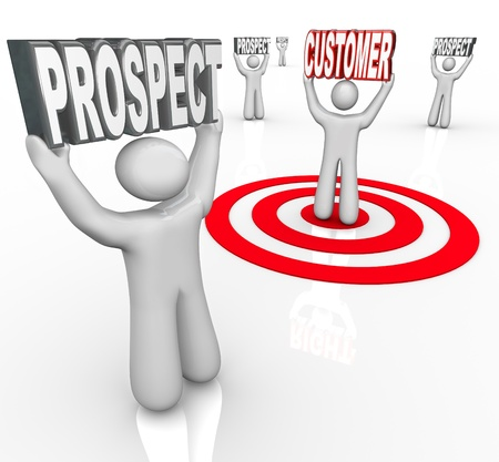 prospect: Une personne est cibl�e dans un ?il de b?uf parmi les nombreuses perspectives pour symboliser les efforts de vente pour convertir davantage de consommateurs � acheter votre produit Banque d'images