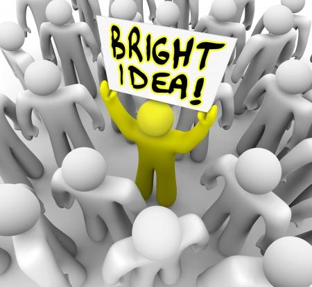 ipotesi: Un uomo tiene un cartello con la scritta brillante idea di simboleggiare la suggestione di un nuovo piano di concezione innovativa o schema